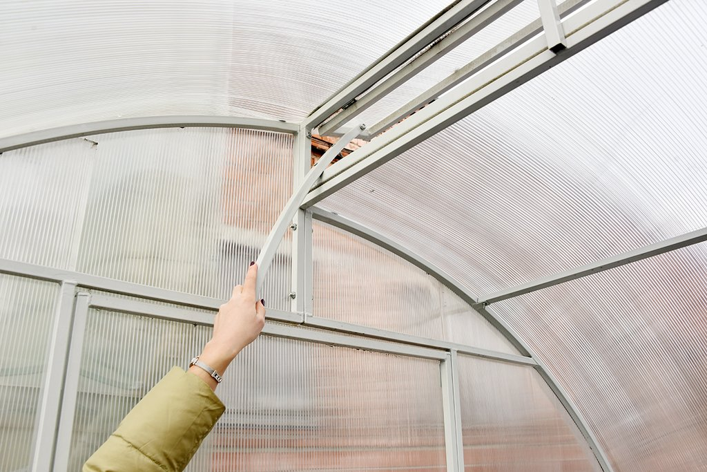 Дом для растений: выбираем металлическую теплицу под сотовый поликарбонат