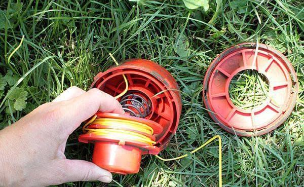 Как заправить леску в газонокосилку: как поменять и зарядить в катушку, как поменять и сколько намотать в триммер