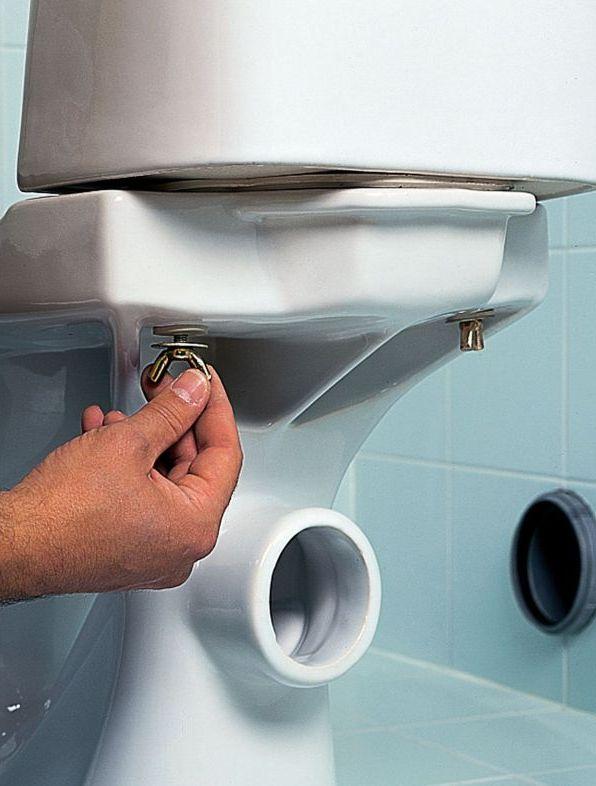 Если течет унитаз: как починить своими руками и сколько стоит вызов сантехника