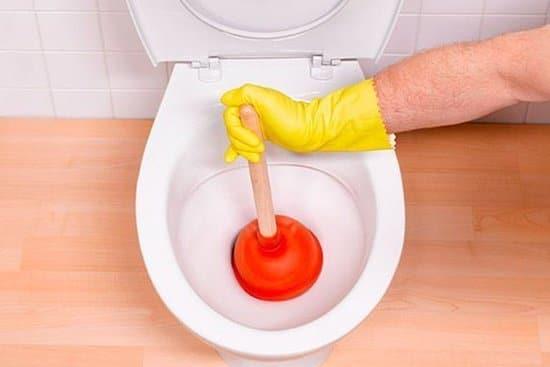 Как прочистить унитаз от засора самостоятельно