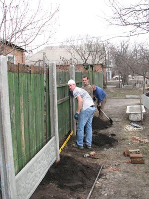 Пошаговая установка бетонного забора своими руками