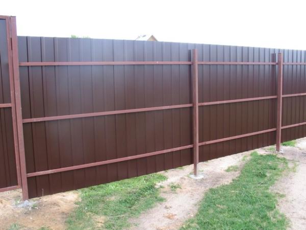 Строим забор из профнастила своими руками; инструкция, чертежи, видео