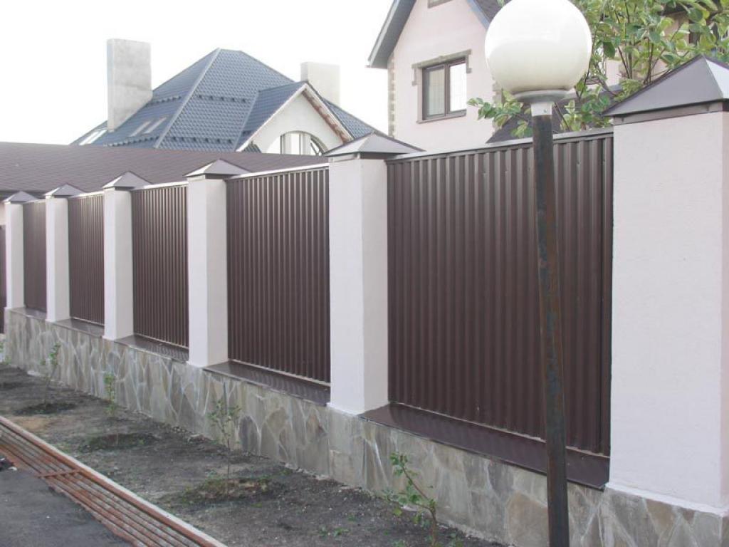 Забор для частного дома; выбор материала, особенности ограждения