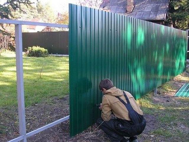 Какой забор лучше поставить в частный дом