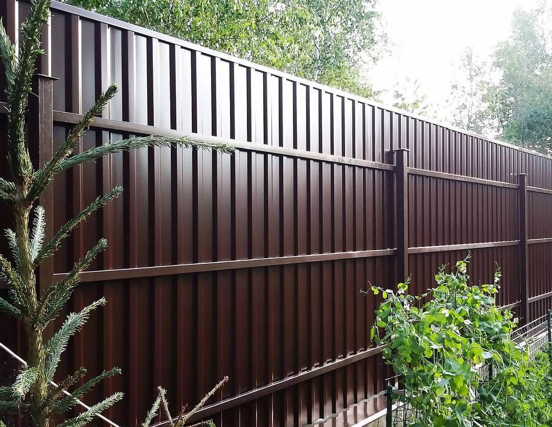 Как построить забор из профнастила