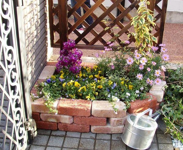 Кирпичные клумбы для цветов