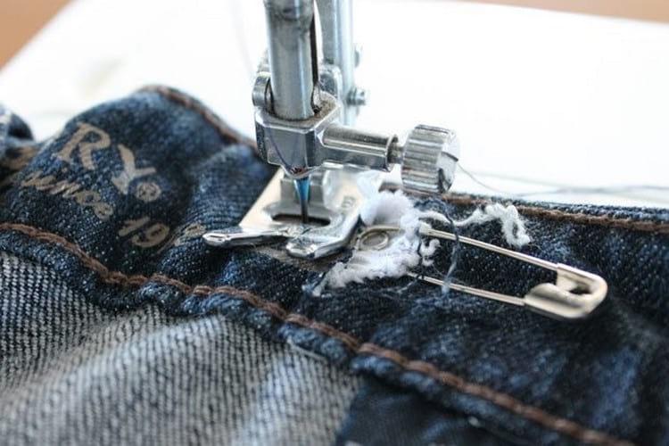 Как ушить джинсы в поясе в домашних условиях на швейной машинке и вручную