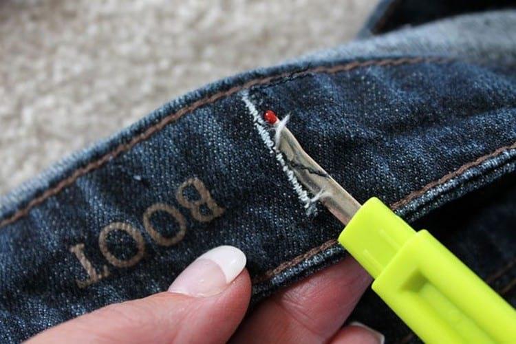 Работаем руками: как ушить джинсы в талии без швейной машинки