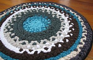 Как связать коврик на пол из старых вещей крючком, плетением и другие способы