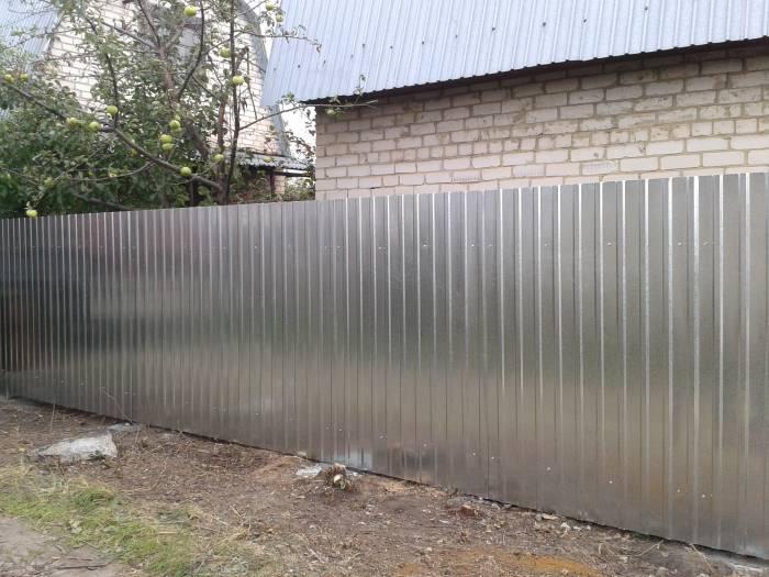 Забор из профнастила дешево: на чем можно сэкономить