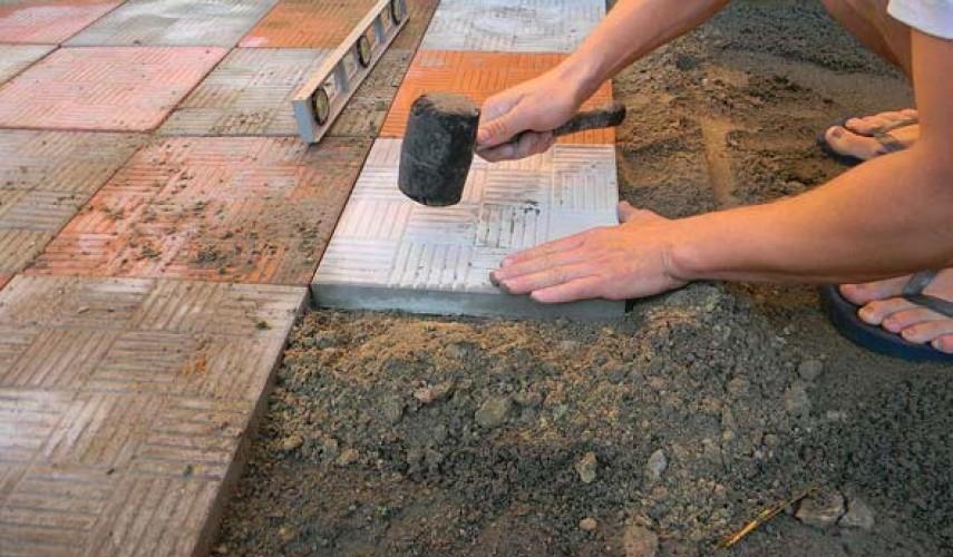 Укладка тротуарной плитки своими руками: поэтапно разбираемся, как правильно положить дорожку на даче