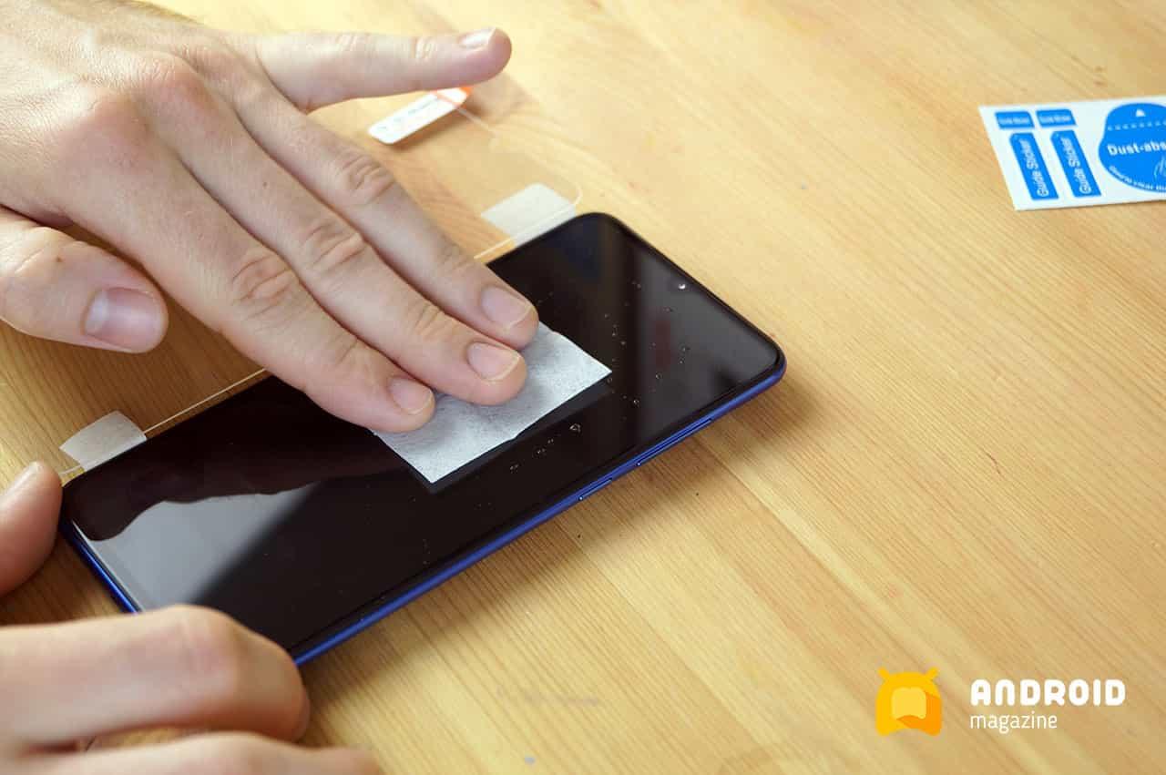 Снятие и наклейка защитного стекла на телефон за 5 шагов