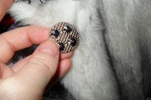 Техника пришивания пуговицы к шубе