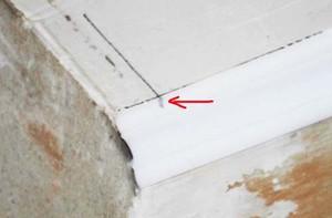 Особенности наклеивания потолочного плинтуса в углах