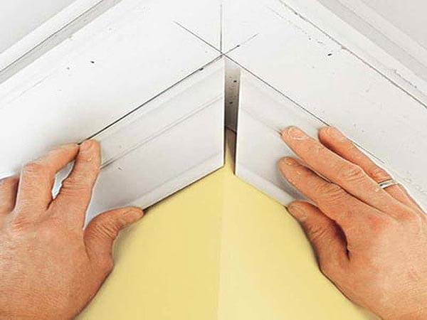 Как правильно сделать угол потолочного плинтуса с помощью стусла и подручных средств. Описание процесса с фото и видео