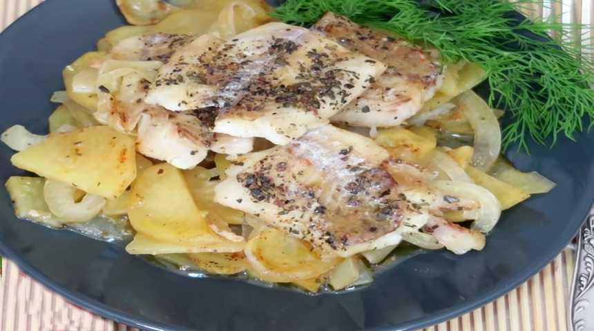 Как вкусно запечь филе хека в духовке с картофелем и луком