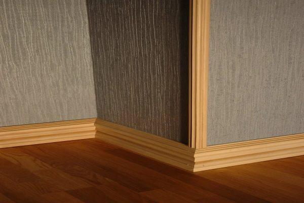 Как приклеить уголок для защиты углов стен на обои