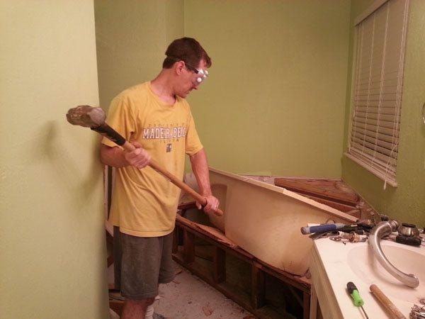 Как разбить чугунную ванну в ванной комнате. Полный и бережный демонтаж ванной – видео и подробные инструкции. Можно ли расколоть или разбить кувалдой в домашних условиях