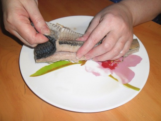 Как быстро почистить селёдку