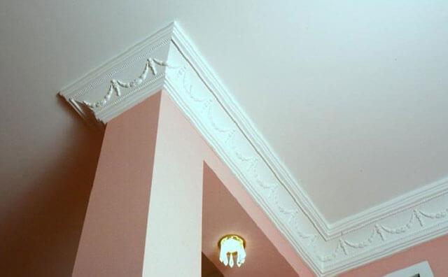 Как клеить плинтуса на потолок в углах – пошаговое руководство