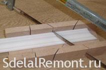 Как клеить потолочный плинтус, резать углы галтеля правильно