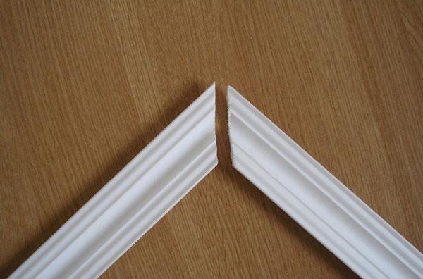 Как резать потолочный плинтус в углах: ровно сподручными материалами
