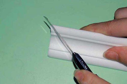 Как стыковать потолочный плинтус в углах