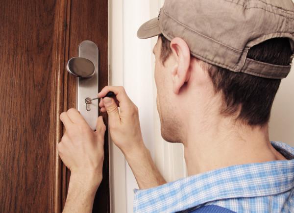 Сломался ключ в дверном замке: как достать застрявший обломок