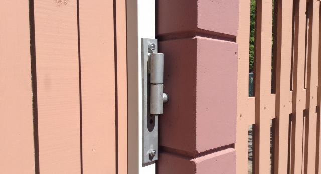 Конструктивные особенности ворот и калитки на столбах из прессованного бетона