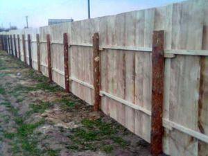 Использование деревянных столбов в строительстве заборов