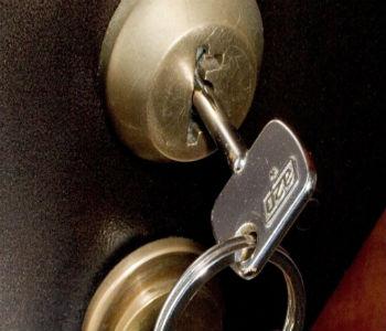 Как закрыть дверь без ключа