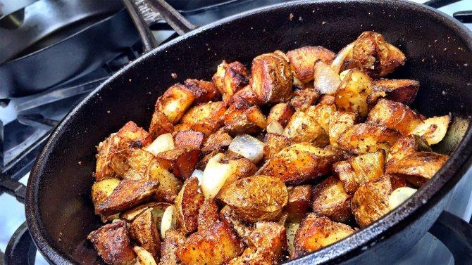 Как жарить картошку на сковороде правильно с корочкой и с луком