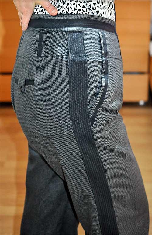 Как увеличить размер брюк вставками полос в боковые швы