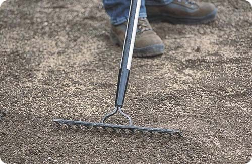 Как выровнять участок на даче, если рельеф имеет множество ям, рытвин или холмов