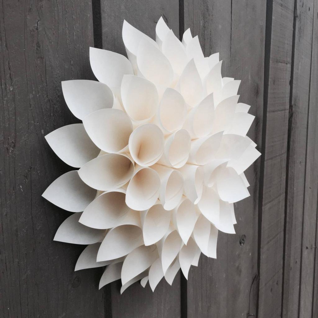Бумажные цветы на стену сделать самому своими руками: какую использовать бумагу, этапы выполнения, идеи для дизайна, фото