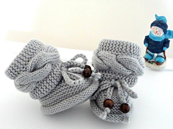 Как связать пинетки спицами; для новорожденного от 0 до 2-3 месяцев: подробный мастер-класс, описание со схемами и фото