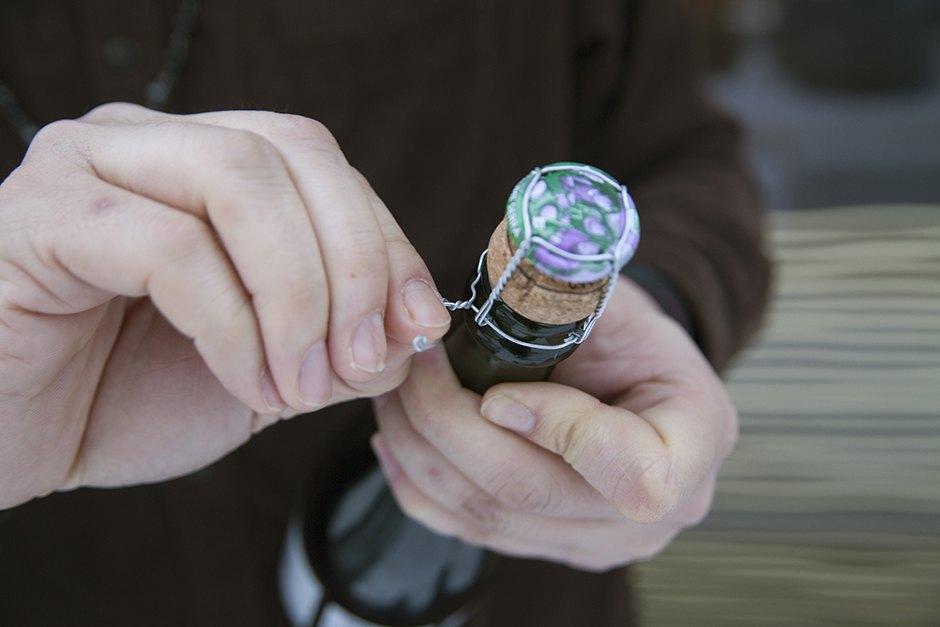 Редакция The Village открывает бутылку игристого ножом, бокалом, утюгом и карточкой Как научиться искусству сабража за час