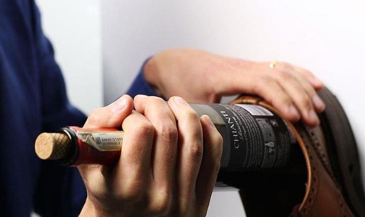 Новогодние советы: как открыть бутылку вина без штопора