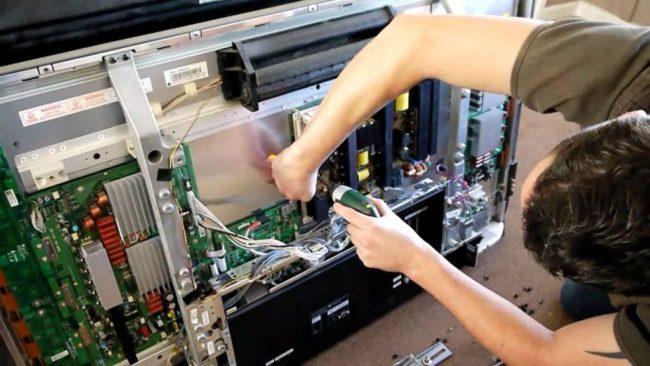Можно ли отремонтировать телевизор Самсунг своими руками, если он не включается