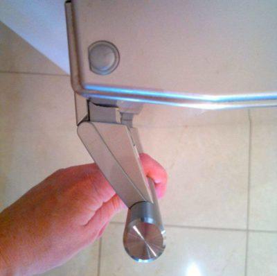Как перевесить дверь холодильника и ничего не сломать