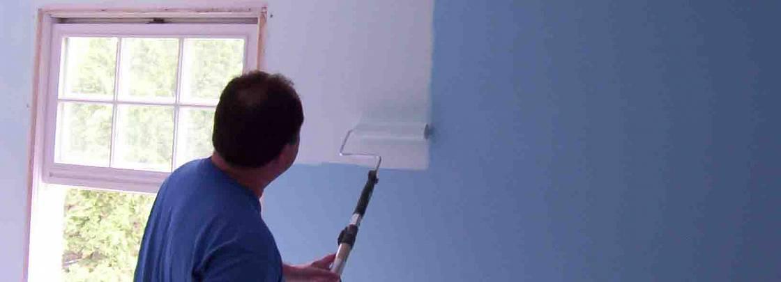 Как покрасить стены и потолок водоэмульсионной краской: технология и этапы