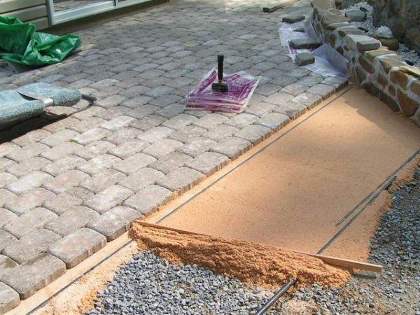 Тротуарная плитка при обустройстве дорожек на даче