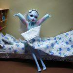 Как сделать кровать для любимой куклы из подручных материалов