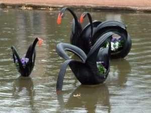 Лебедь из шины