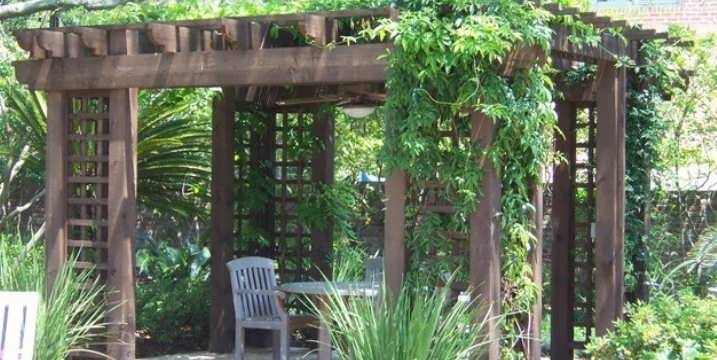 Конструкции самодельных шпалер для вьющихся растений в теории и на фото примерах